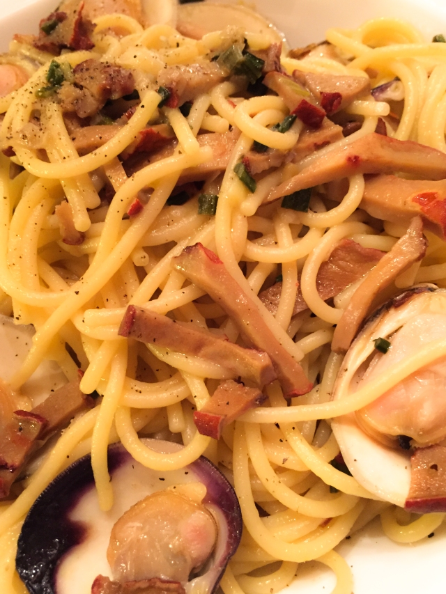 spaghetti and clam sauce with Lobster mushrooms in bowl-2