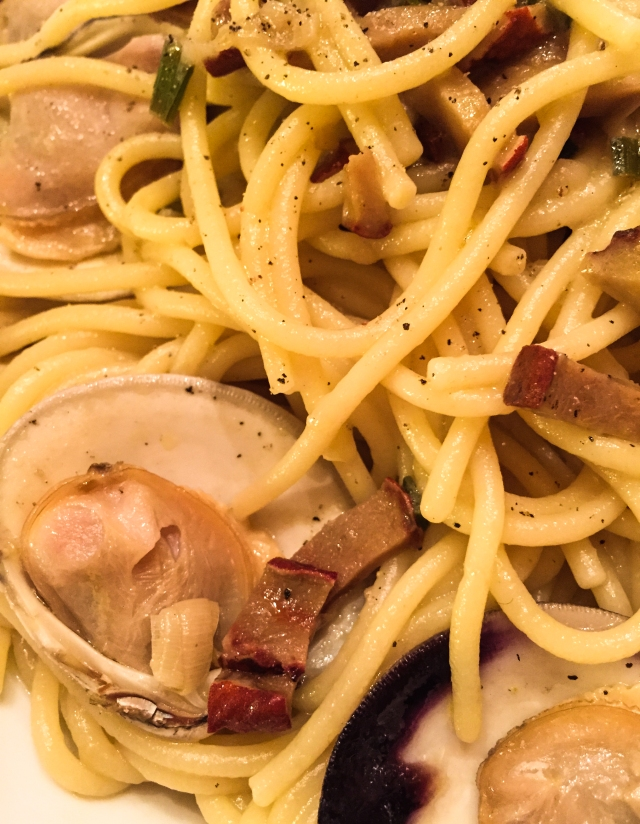 spaghetti and clam sauce with Lobster mushrooms in bowl